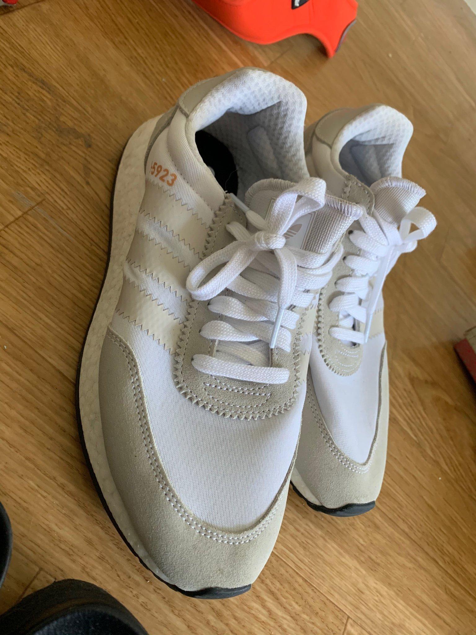 Oanvända adidas originals skorlöparskorsneake.. (397375633