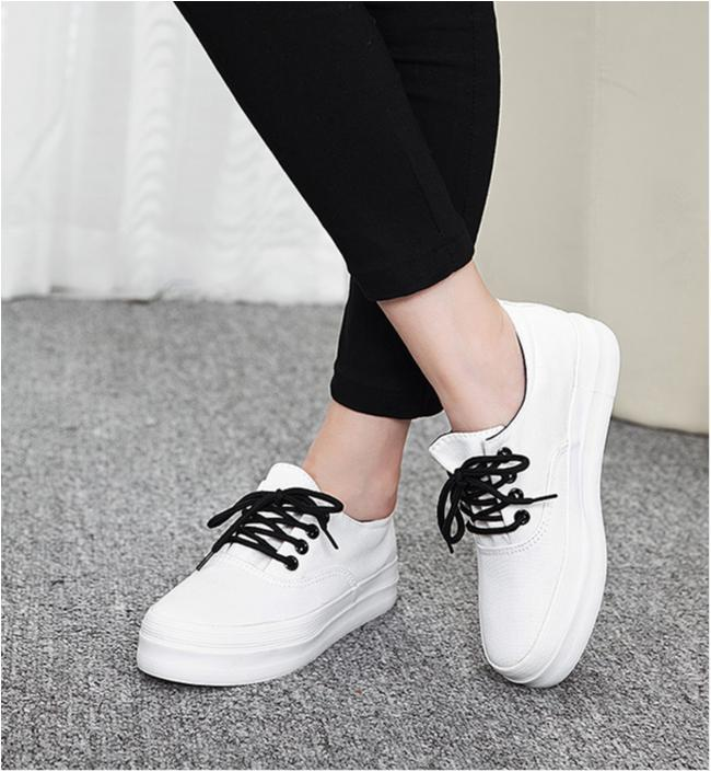 vita sneakers med hög sula