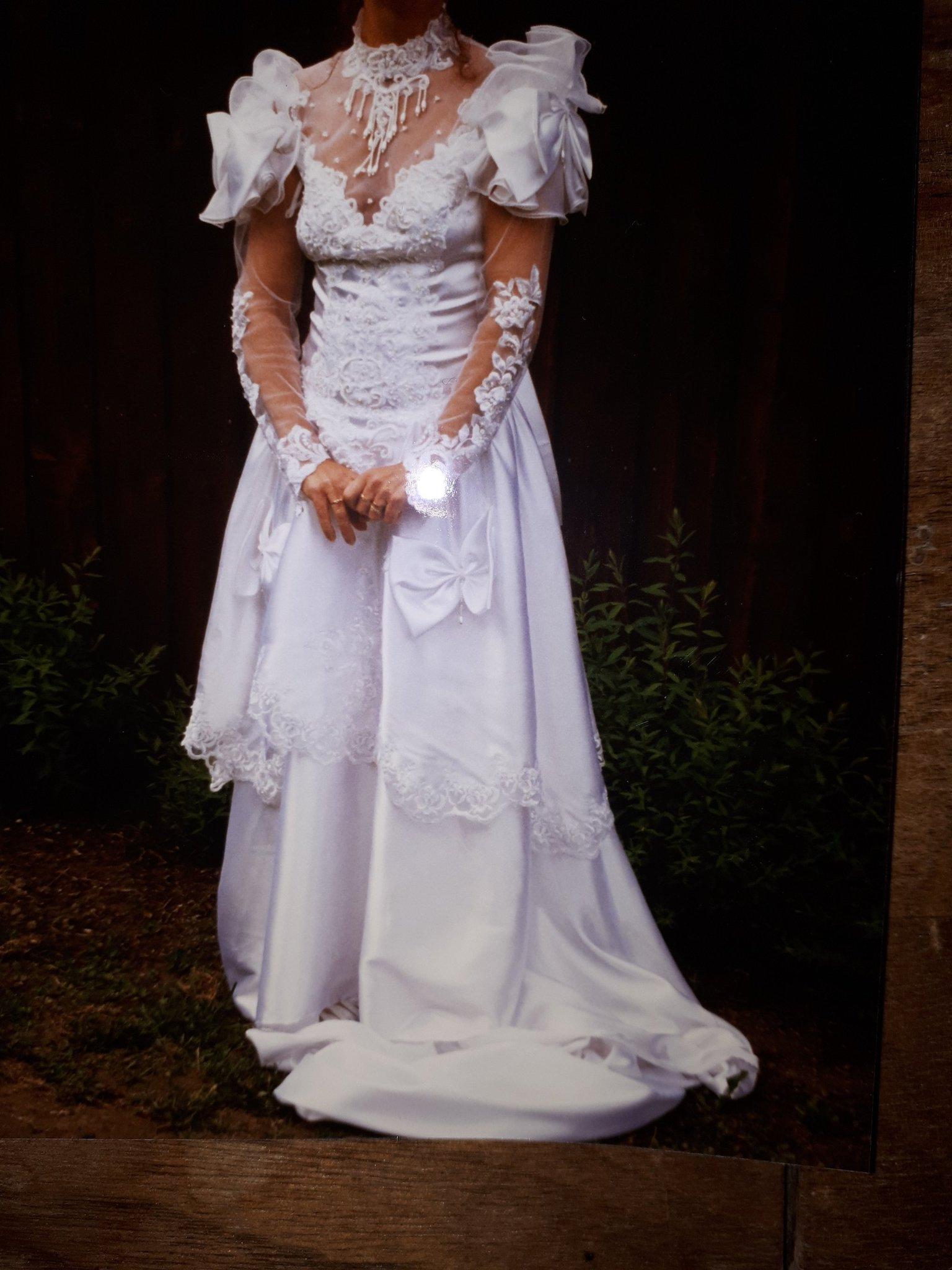 b022470bb6e3 Jättevacker, vit brudklänning med spets, paljetter och pärlor stl.36 ...