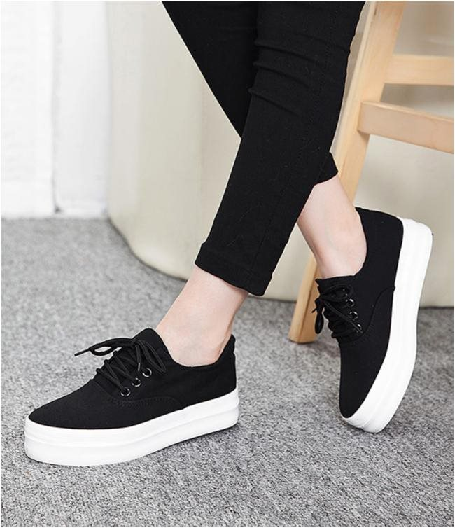 svarta sandaler med vit sula