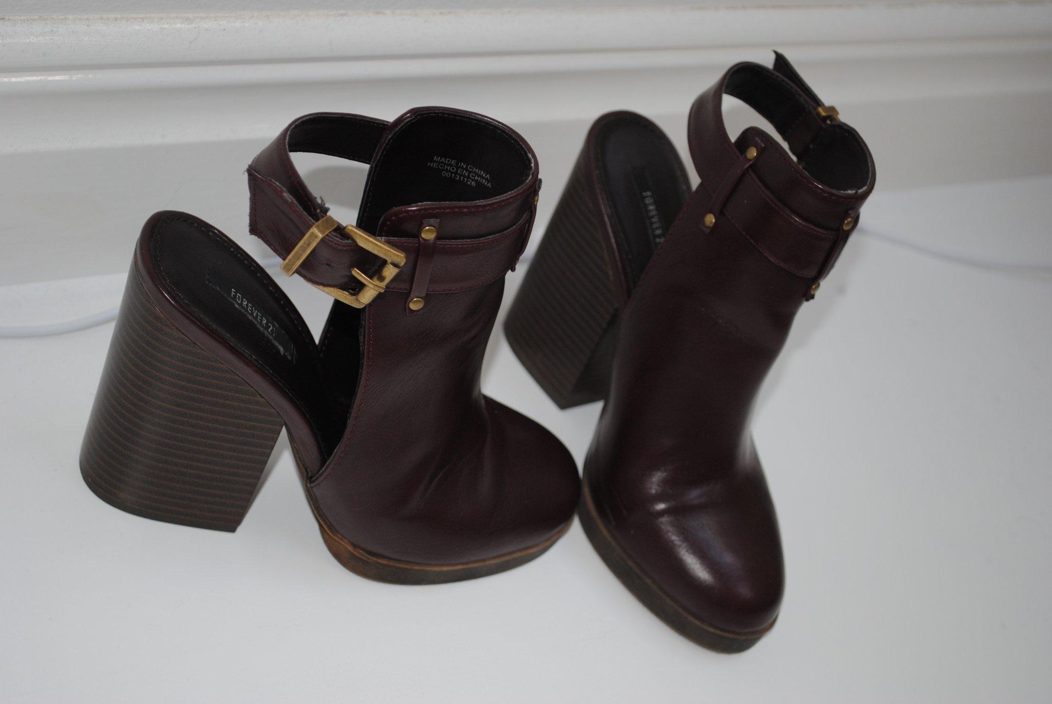 Trendiga klackskor boots med öppen häl och spän.. (383334174