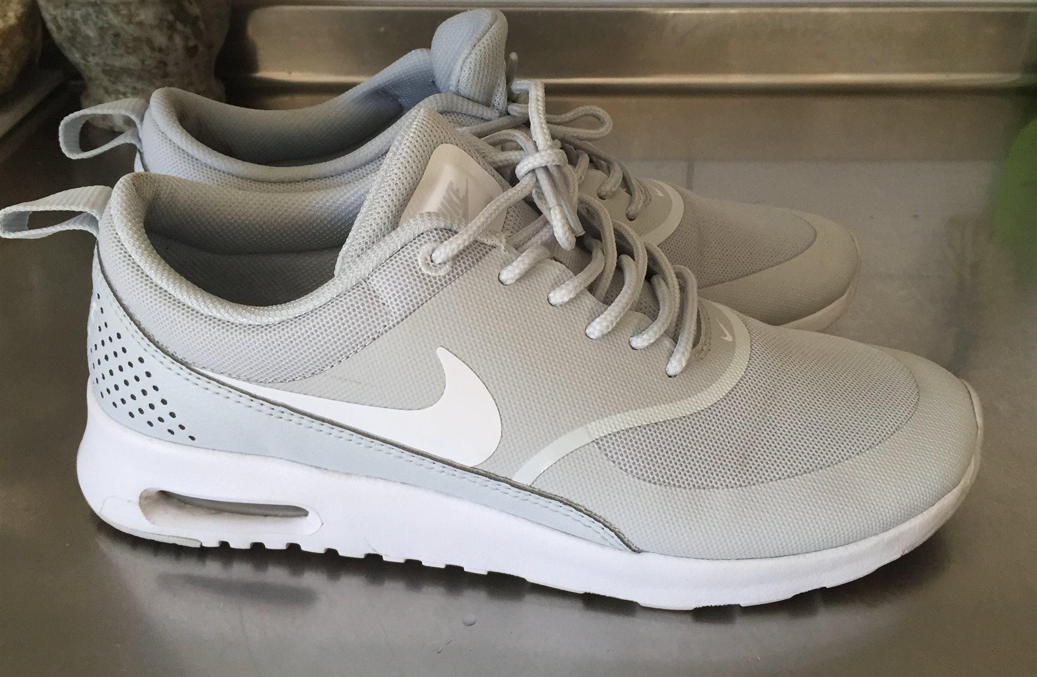 premium selection 5c37a 43298 Thea Nike Storlek 39 Sneakers Använda Gråvita På Knappt zpgqnBExw