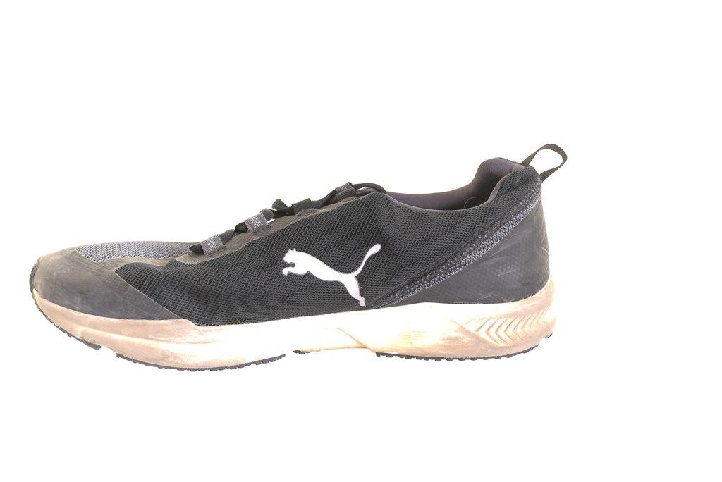 Svarta sneakers skor gympaskor i mocka med sidenband o platå fr Puma i stl 42