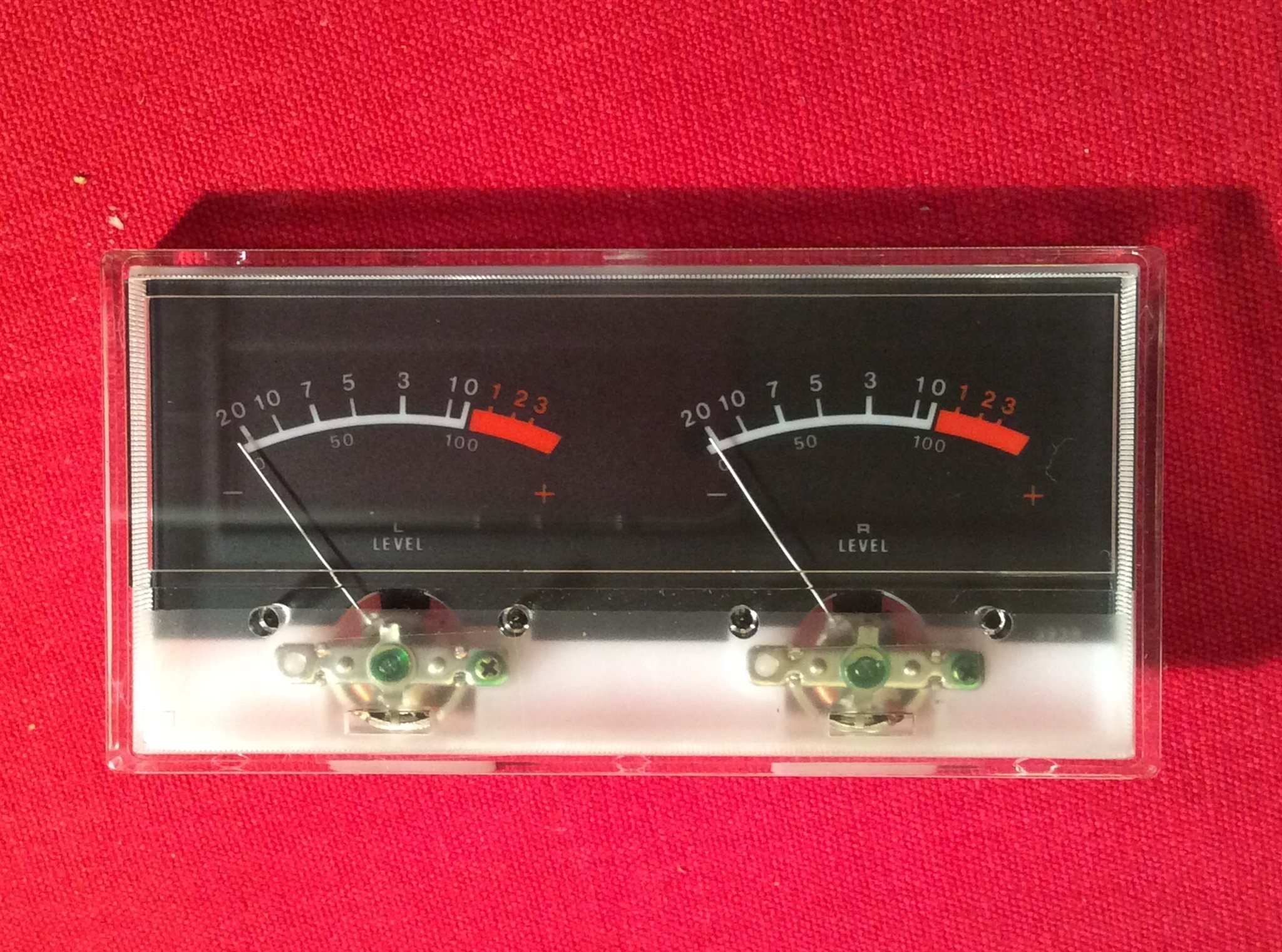 "1 st VU-meter. Dubbel mätare: ""Left level - Right level"".  Genomlysningsbar."