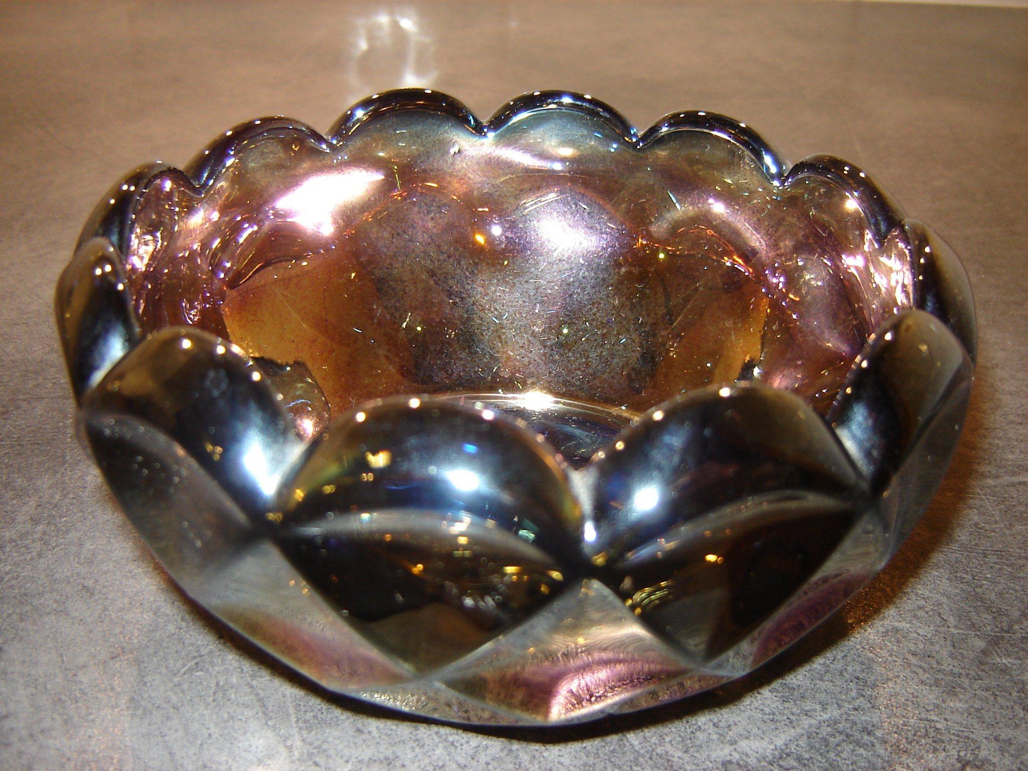 Glas skål i fin design, massiv, i mörkt skiftande färger.