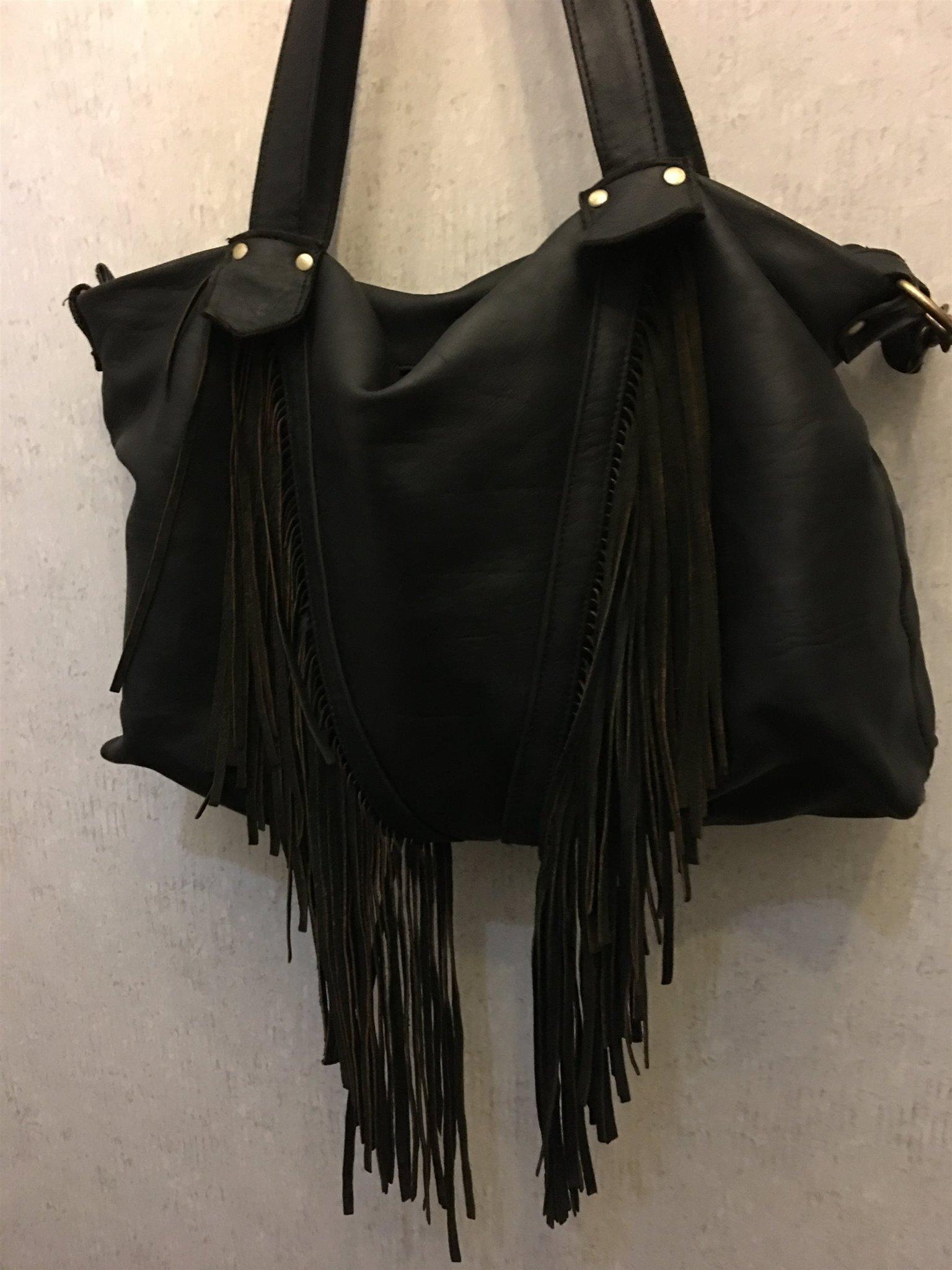 väska med fransar över axeln