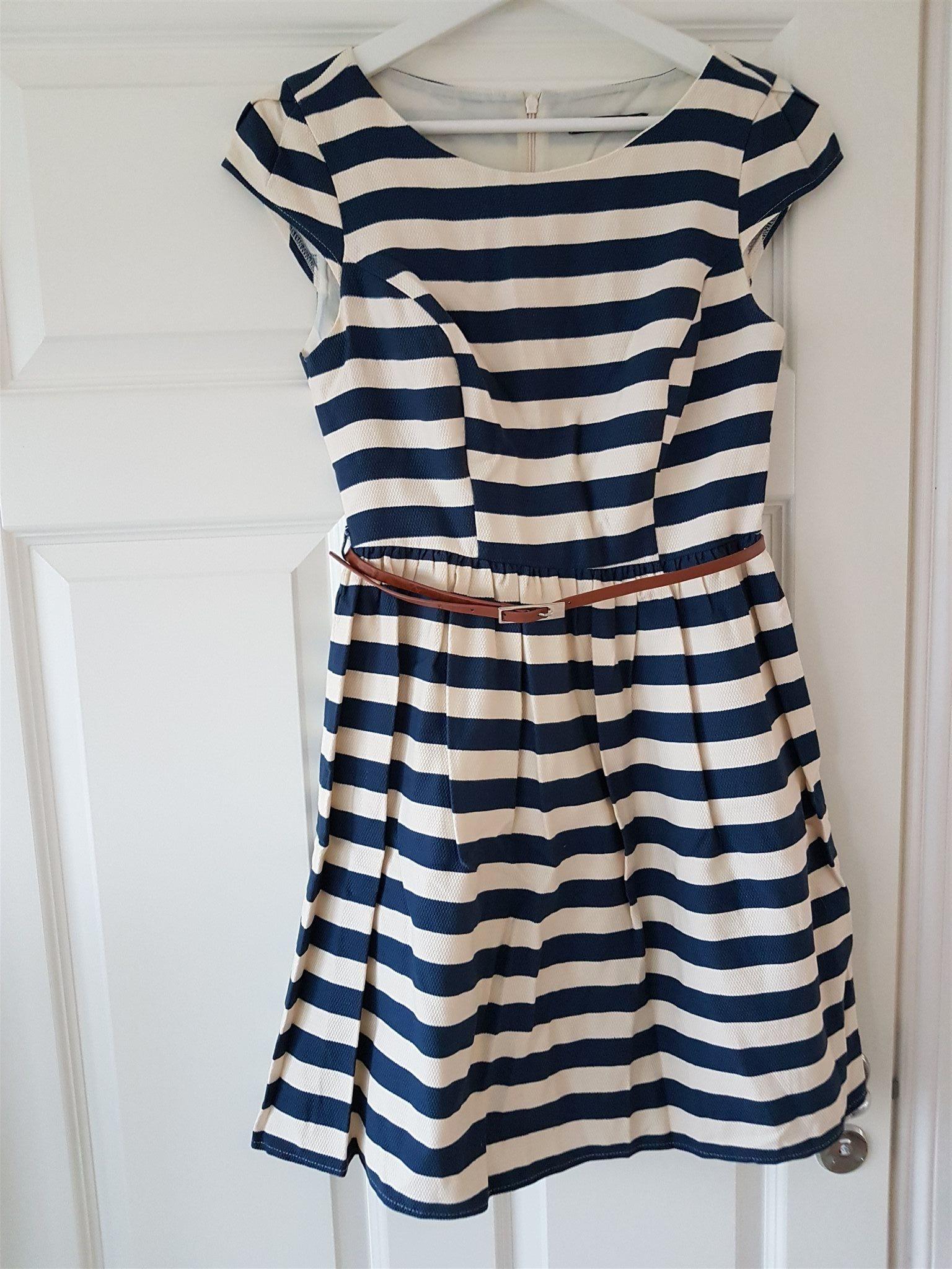 blå randig klänning