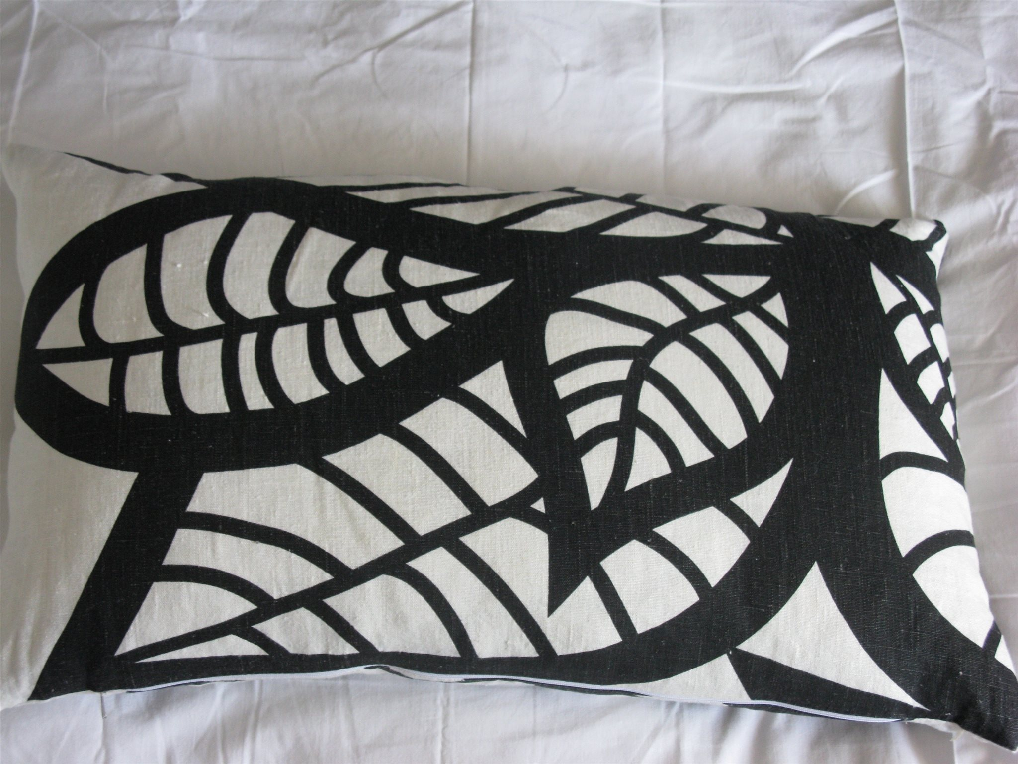 latest mairo hosta stor kudde i lin med innerkudde i dun mario svartvit  kudde with svart vit kudde 0b266446e8a13