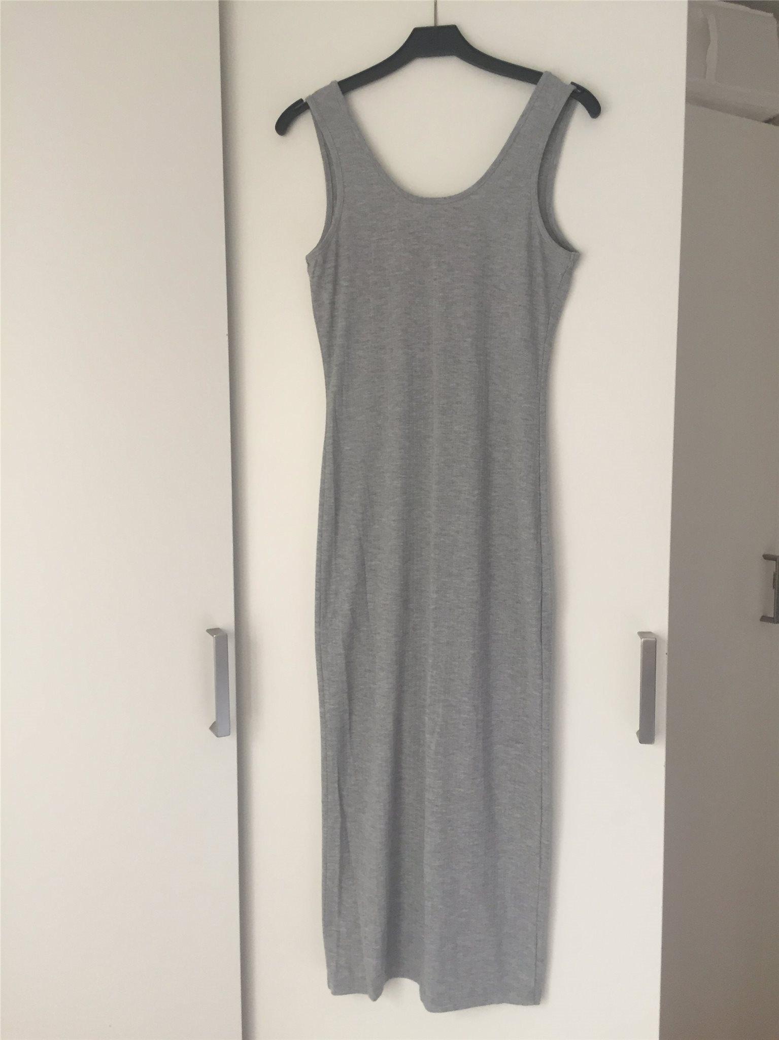 3606e4b1986a Grå ribbad klänning från Ginatricot i storlek S (330831692) ᐈ Köp ...