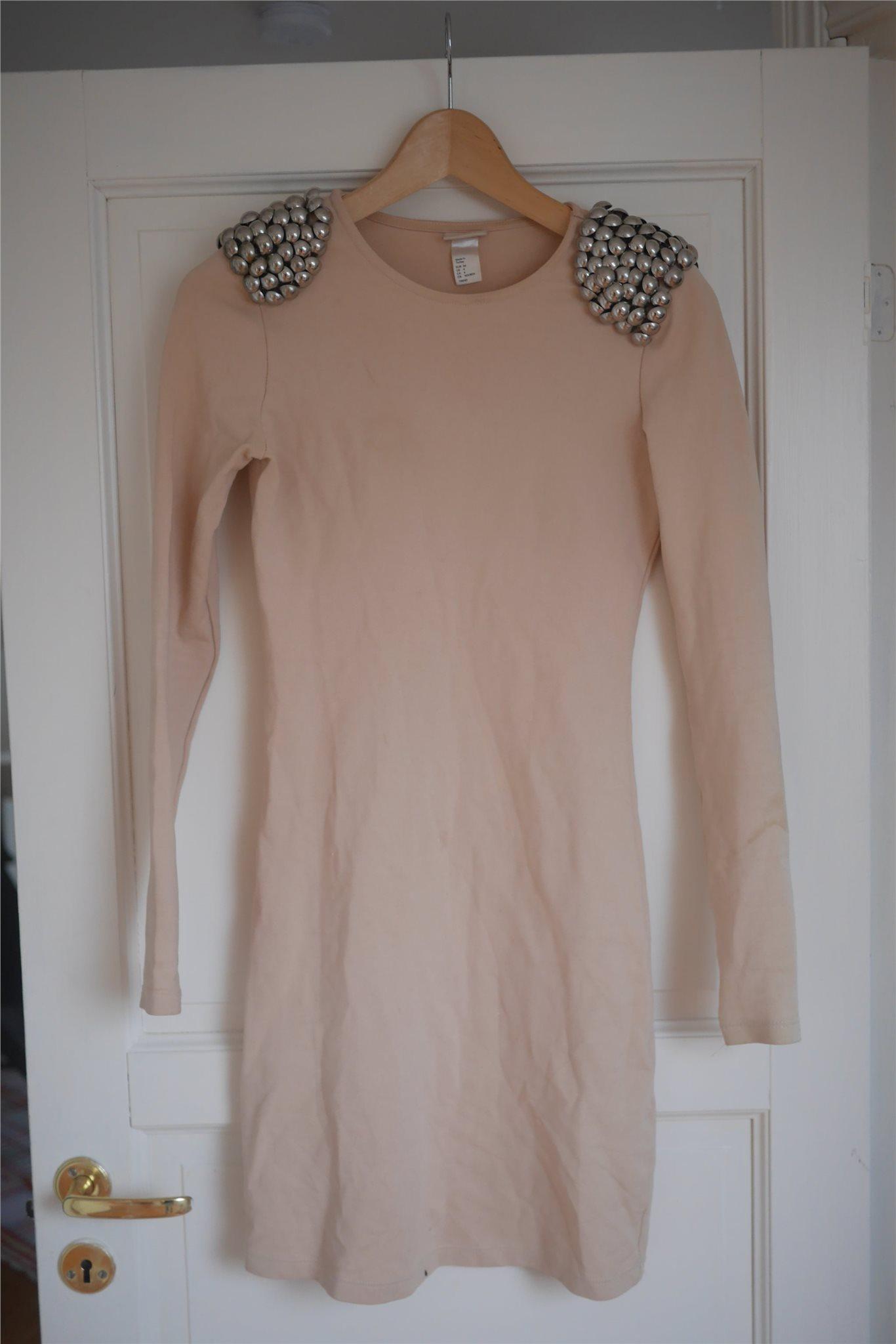 Ljus beige/rosa kort tight klänning med nitar från H&M TREND, stl 34