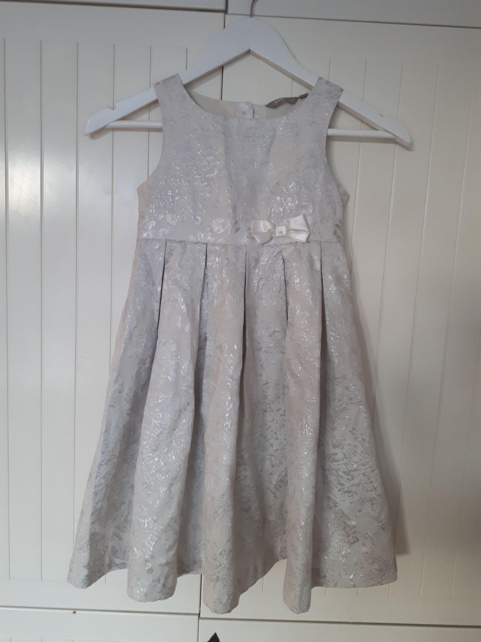 klänning stl 116 passar uop till stl 128. silve.. (381953678