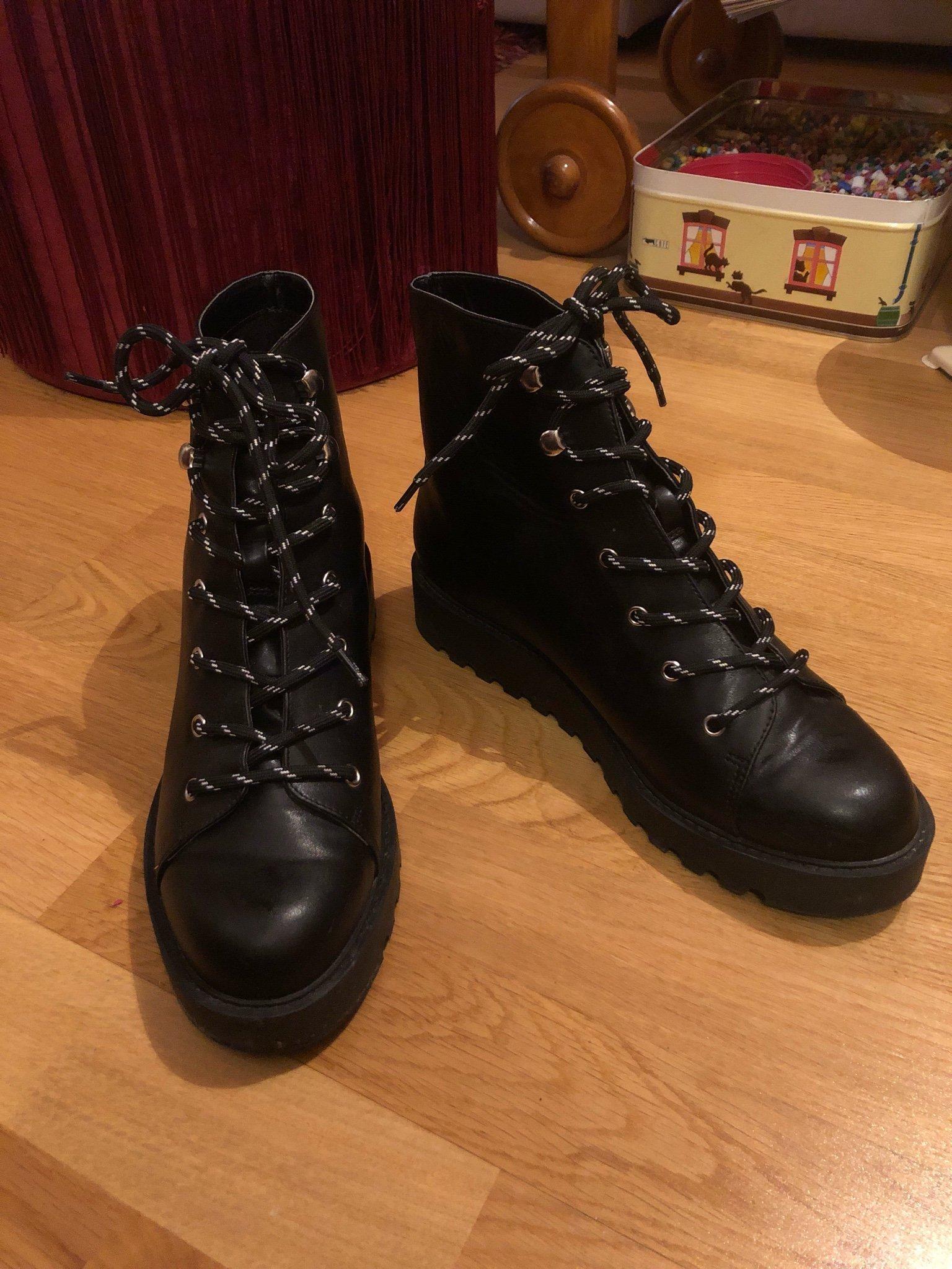 SkorKängor Boots med nitar 39 svarta