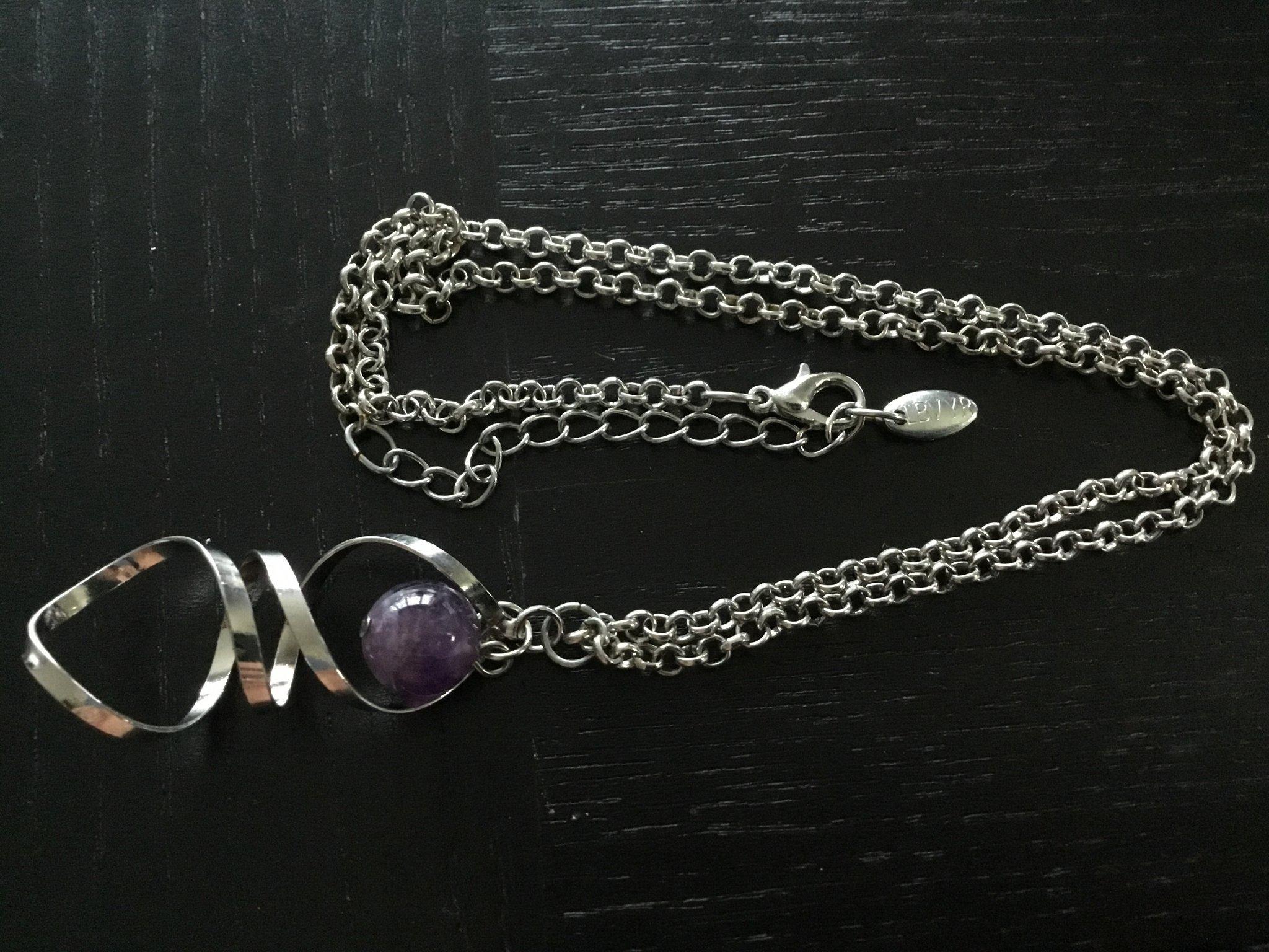 Snyggt LBVYR halsband med läckert hänge och lila kula