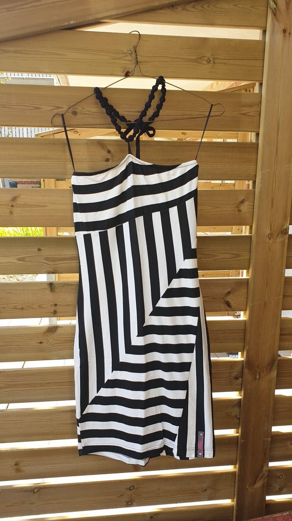 87a065017e8f Helt NY halterneck klänning, svartvit strl S/M .. (355178347) ᐈ Köp ...