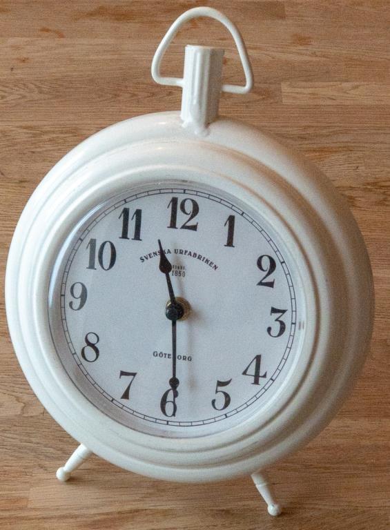 stor vit klocka