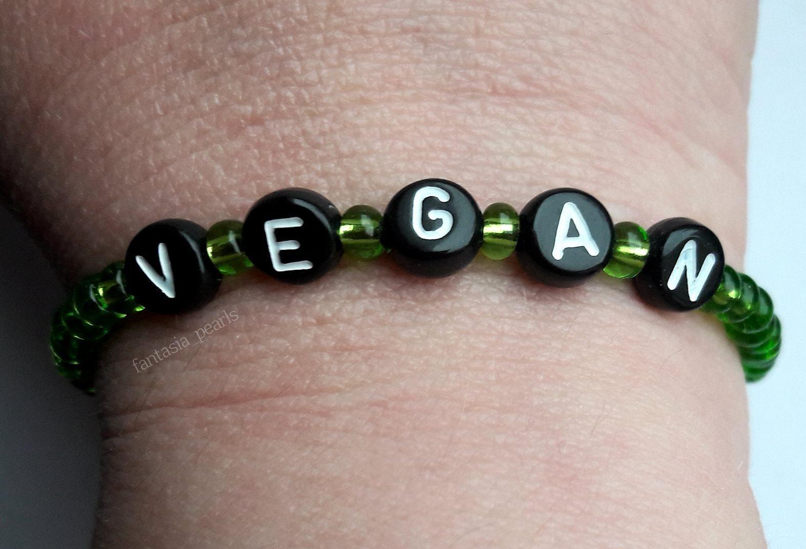 Nytt handgjort armband VEGAN svarta bokstavspärlor gröna fröpärlor seed  beads 7c39d342bf3d4