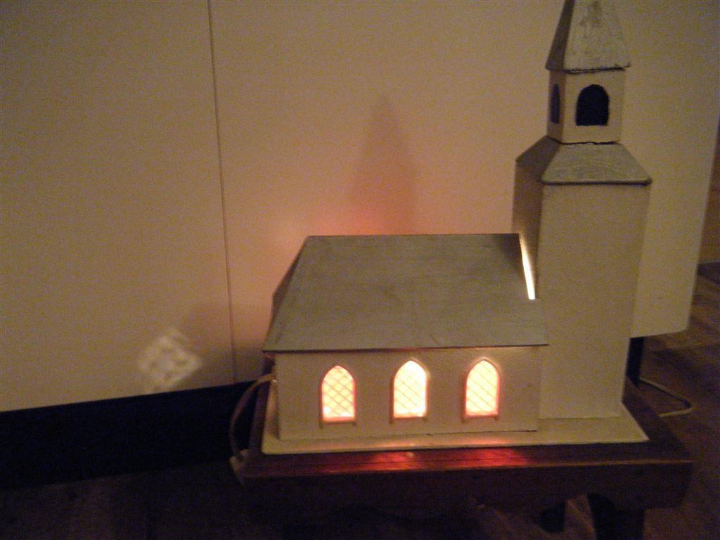 Äldre julkyrka spelverk belysning grått tak kort auktion! på ...