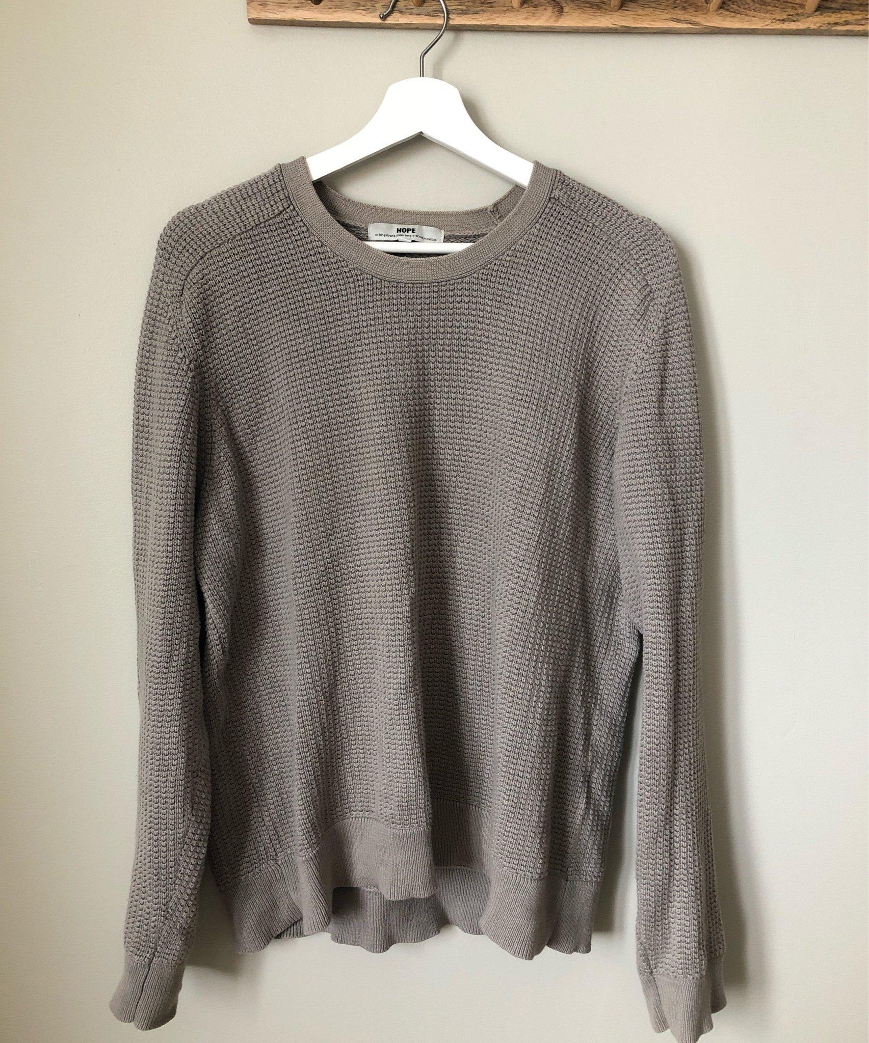 Beige stickad tröja från HOPE by Ringstrand Söderberg