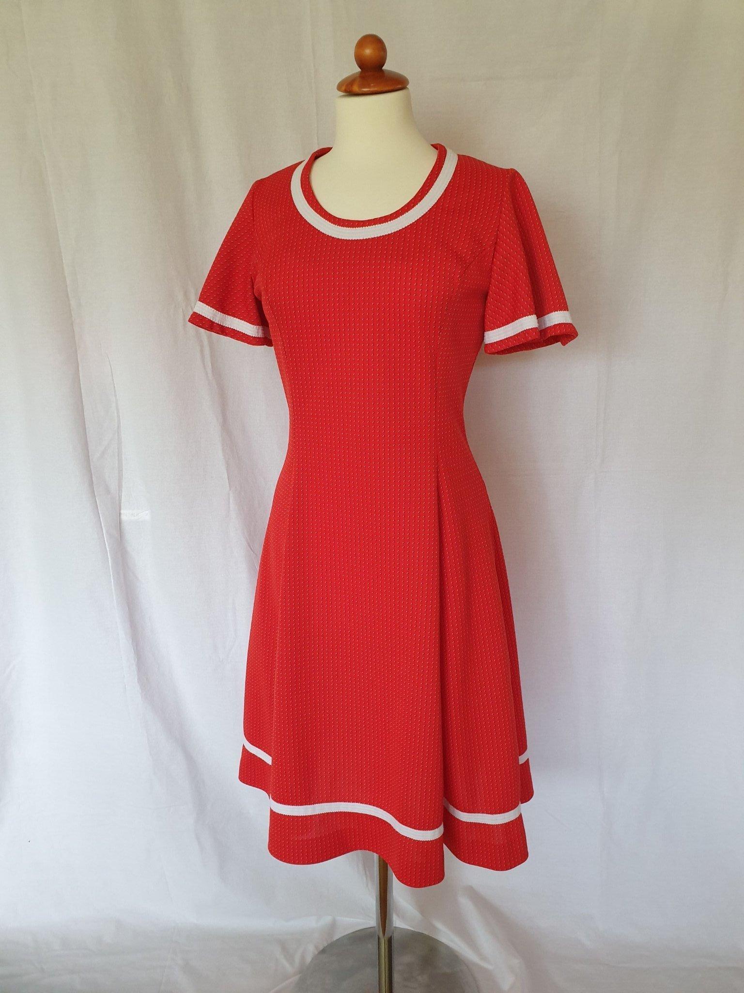 Fin röd klänning med vita detaljer vintage 70 t.. (418761031