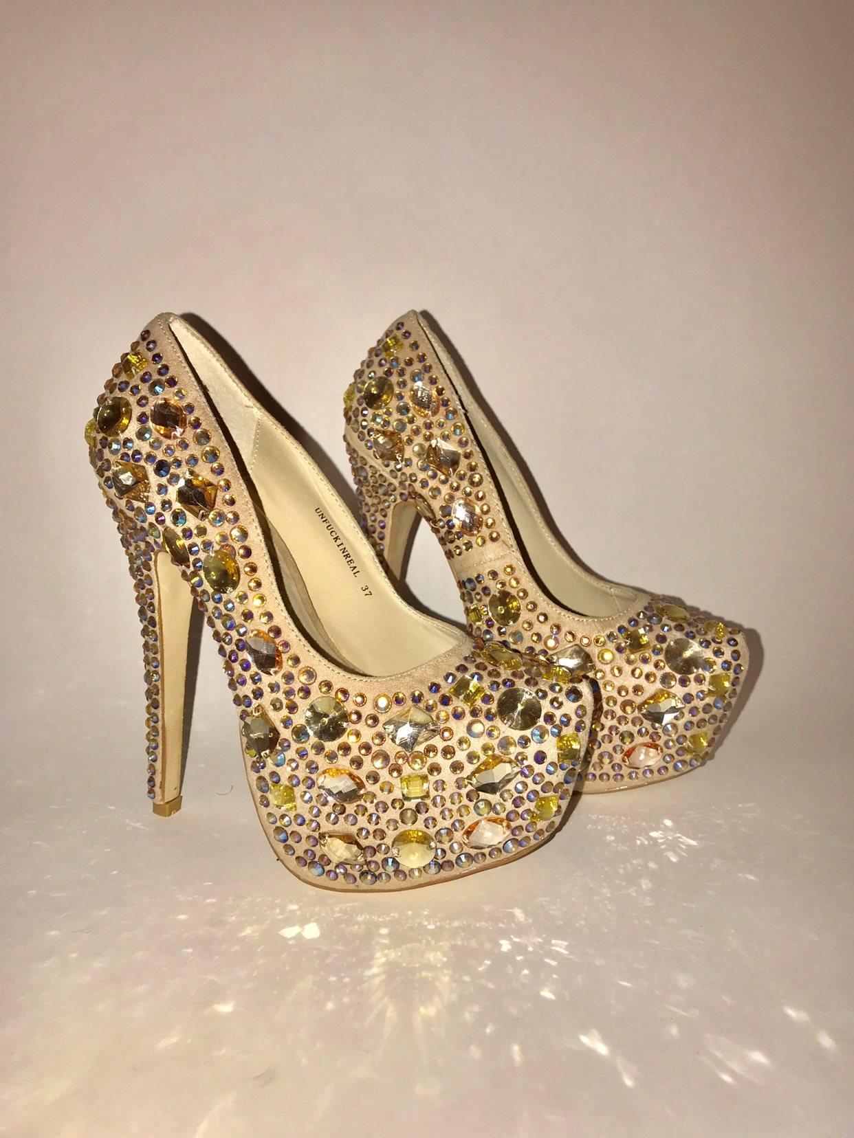 glittriga högklackade skor