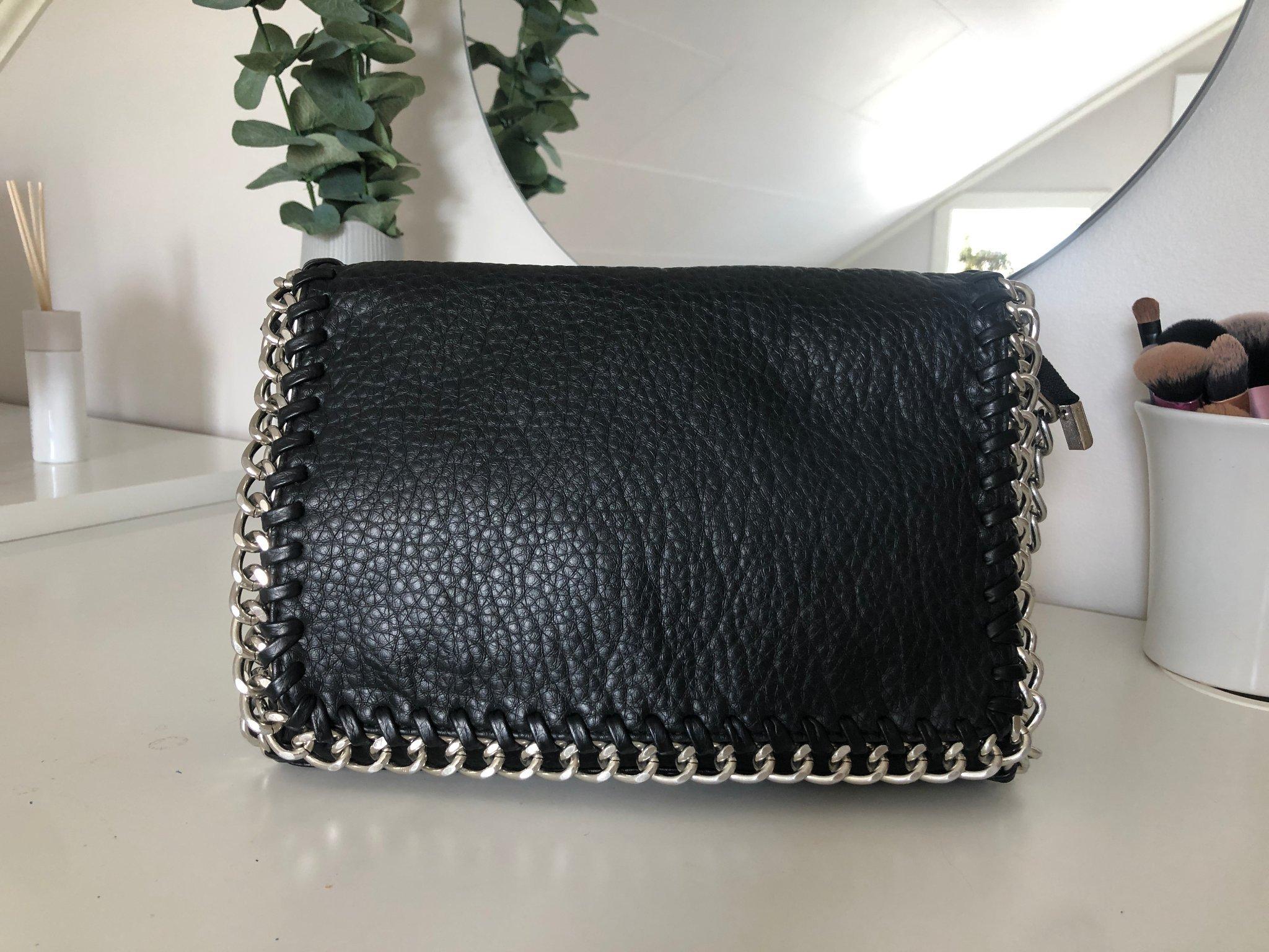 svart väska med silverkedja