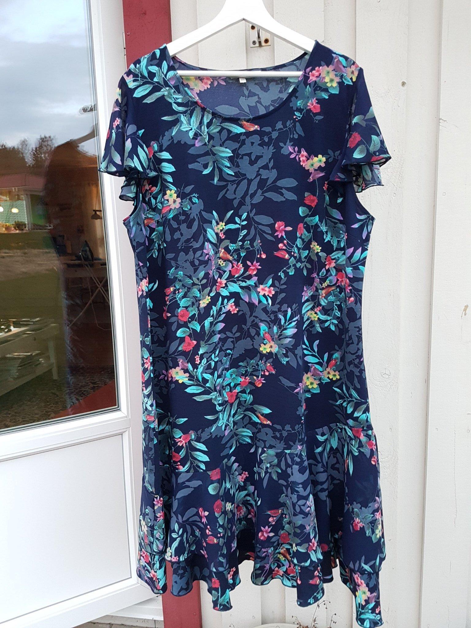 ac1909549163 Snygg marin blommig klänning stl 50/52 Ny! (348558069) ᐈ Köp på Tradera