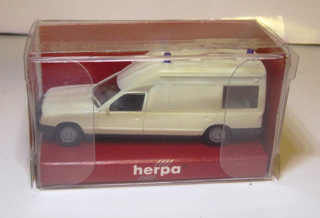 Herpa MB ambulans omålad.