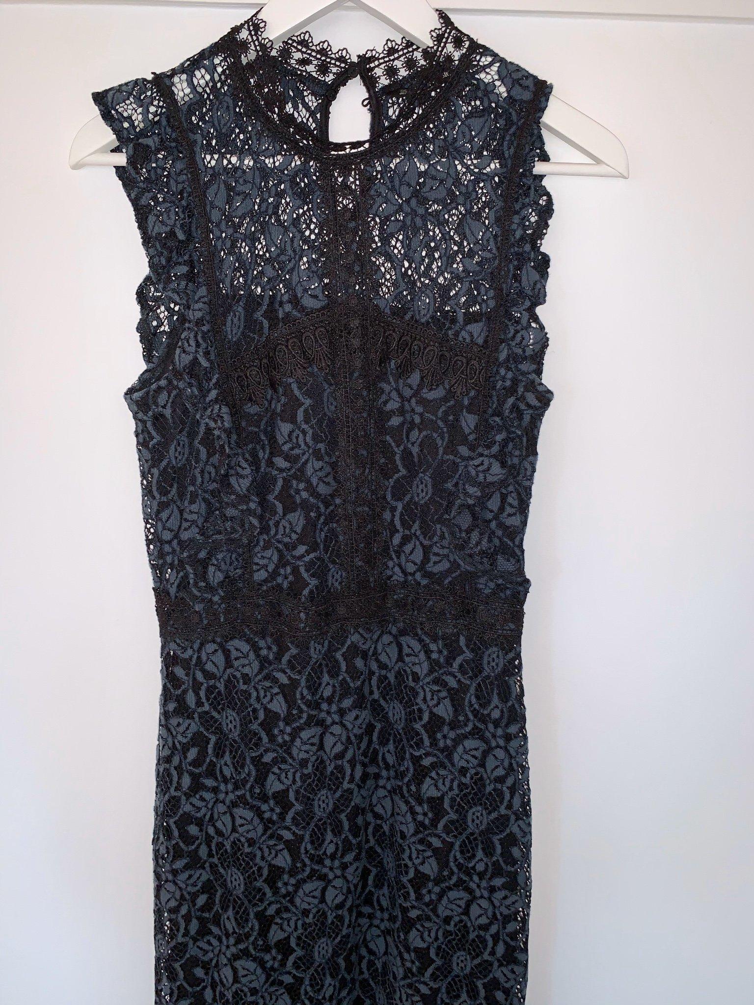 Knälång figursydd klänning i spets fr Zara strl s (419522417