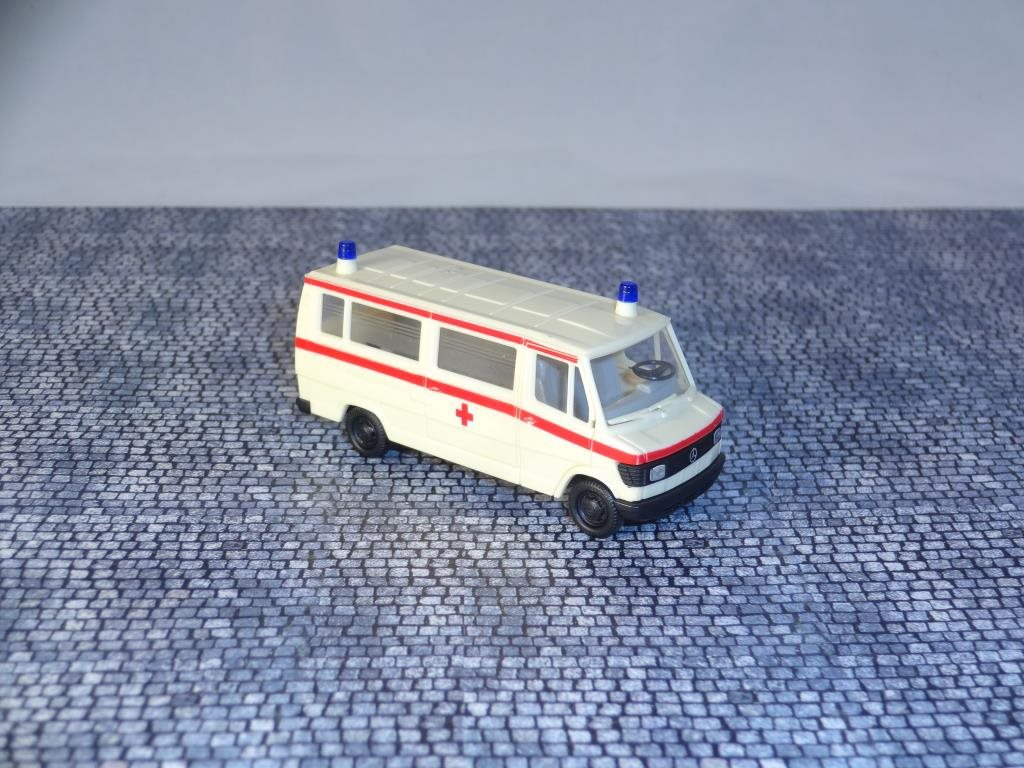 Mercedes Benz 207 D / Ambulans / Herpa /  1:87