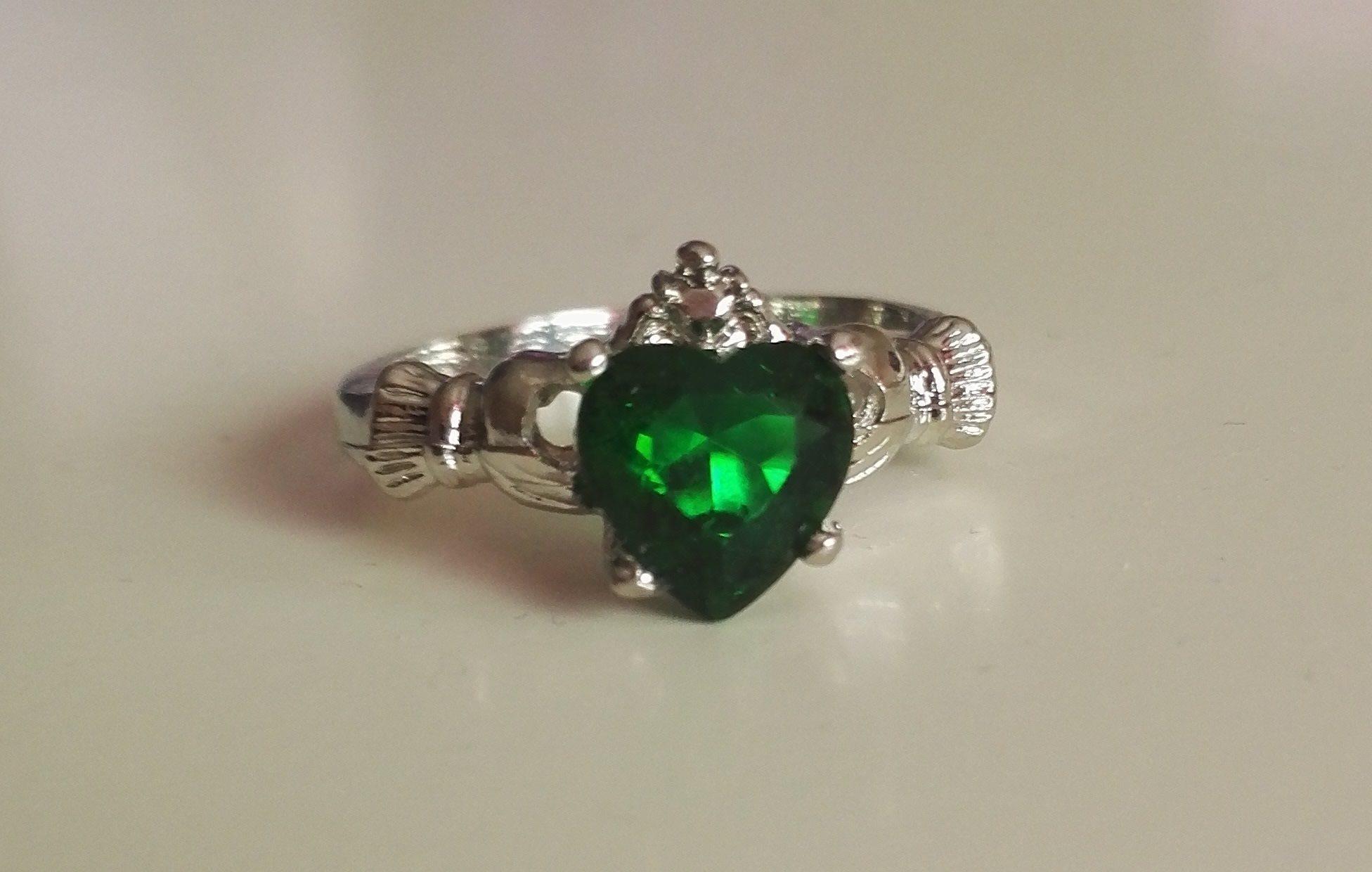 grön sten ring