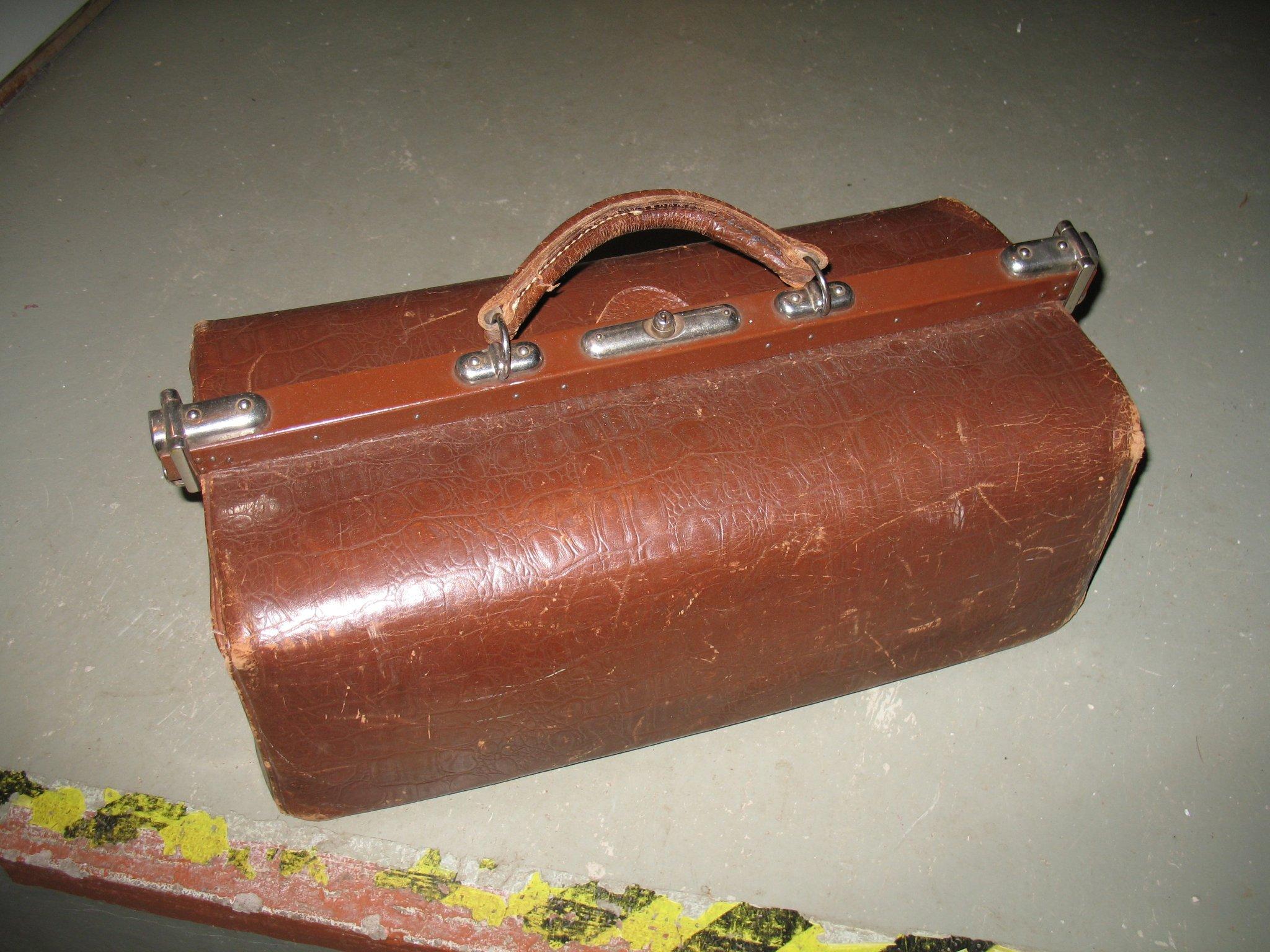 gamal läder väska med lås