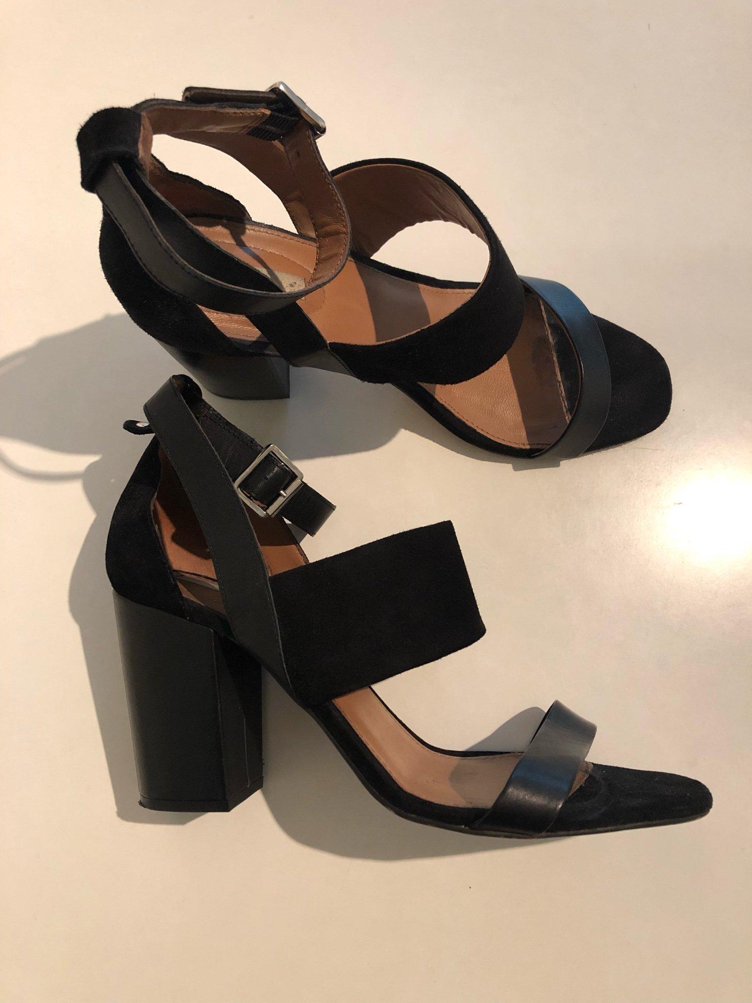 svarta högklackade sandaletter