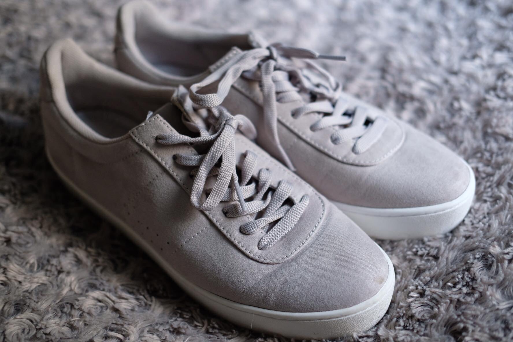 Knappt använda gråa sneakers från attitude (Din Sko) i storlek 41