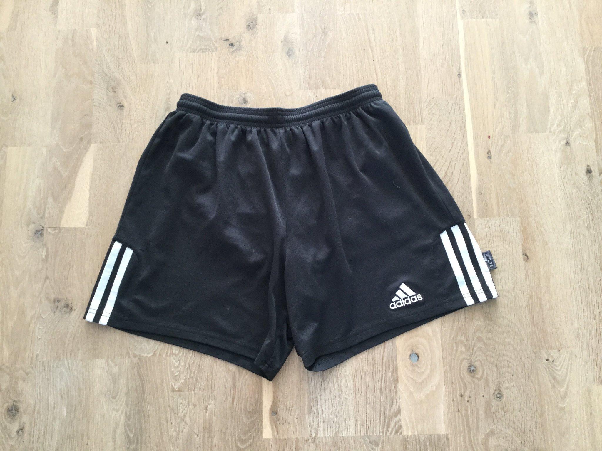 ce1c595ee58 Svarta Adidas shorts, vita ränder stl M (352097744) ᐈ Köp på Tradera