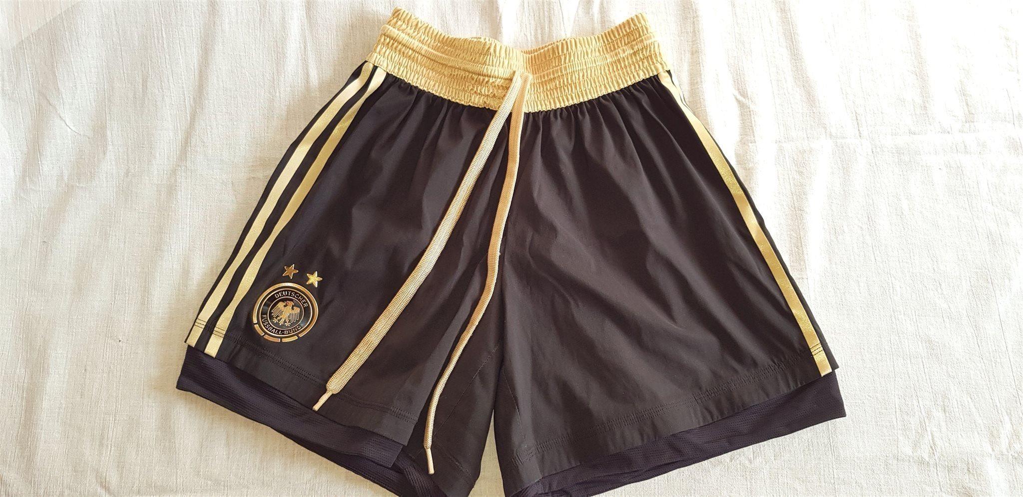 5d867d00 Barn Fotboll Kort byxor shorts TYSKLAND ADIDAS landslagskläder Officiella  7-9 år ...