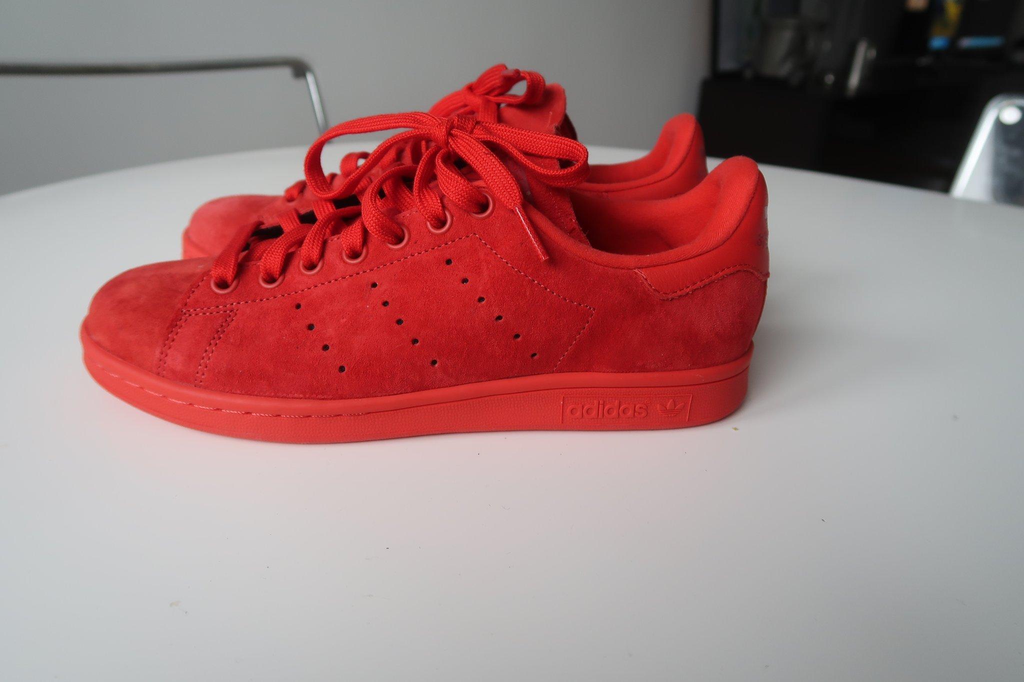 quality design 4143c 4987f Oanvända röda Adidas skor Stan Smith i storlek 39 1 3