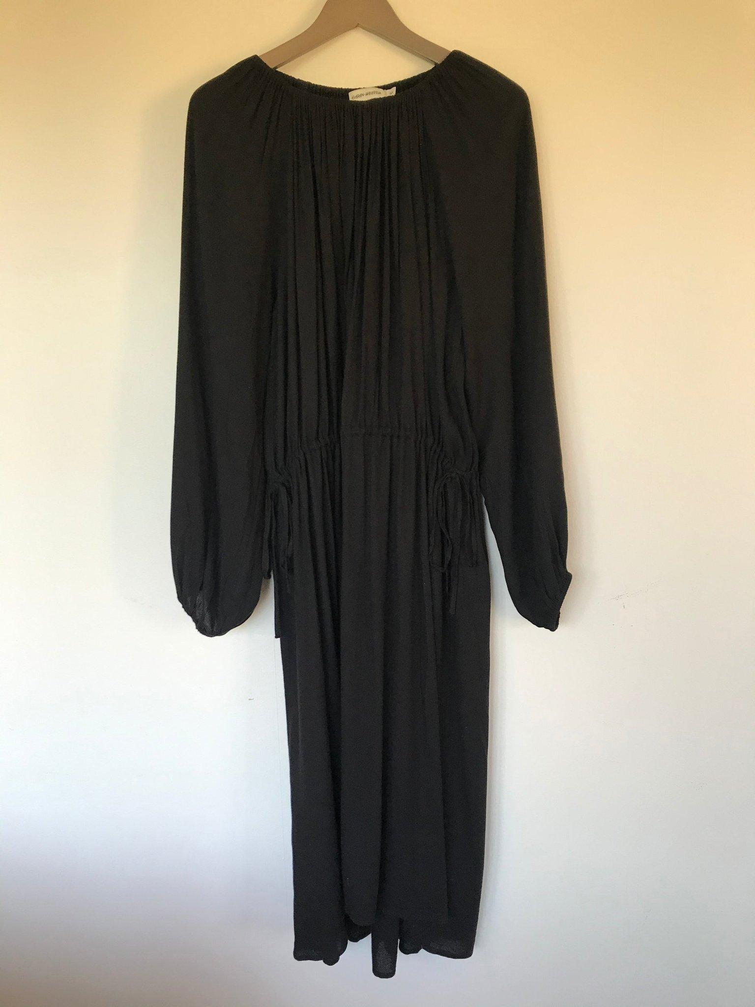 Svart klänning med knyt i midjan, puffärm och o.. (399630195