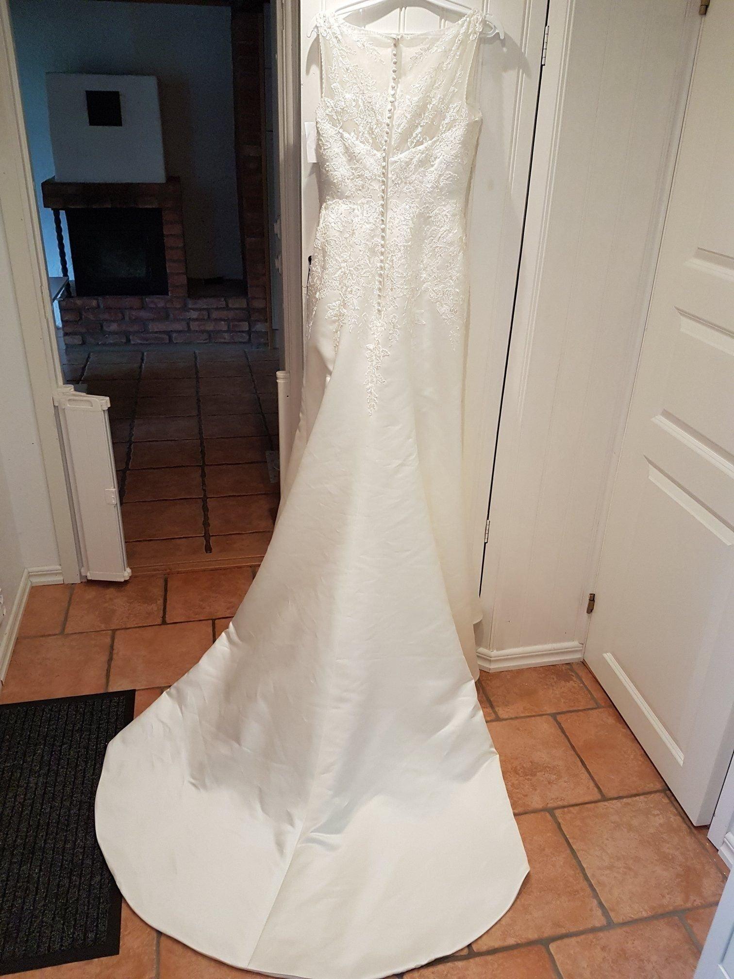 f117f948997d Oanvänd brudklänning Hilary Morgan med långt släp och glitter strl 40 ...