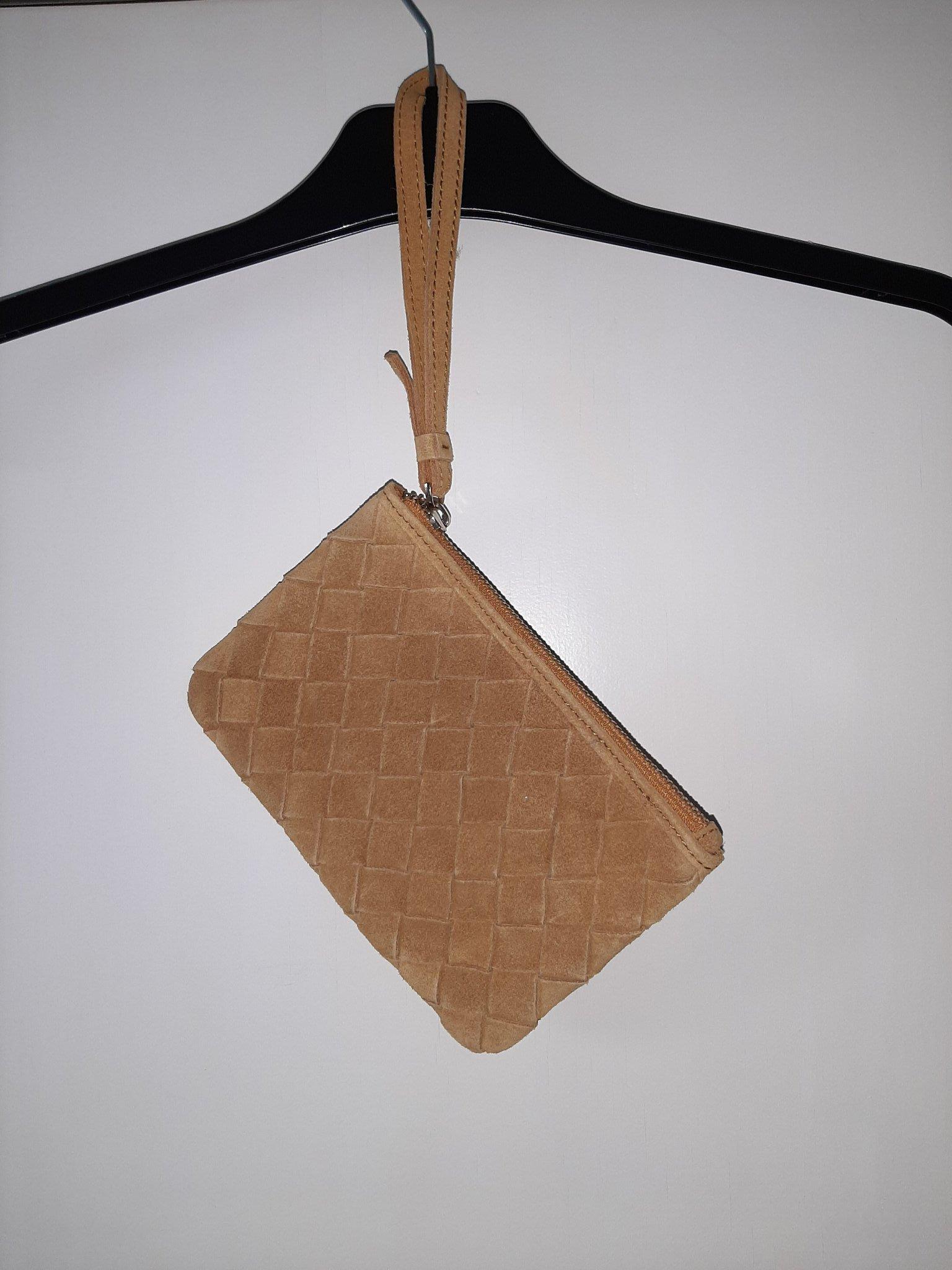 Senapsgul väska i läder med handrem