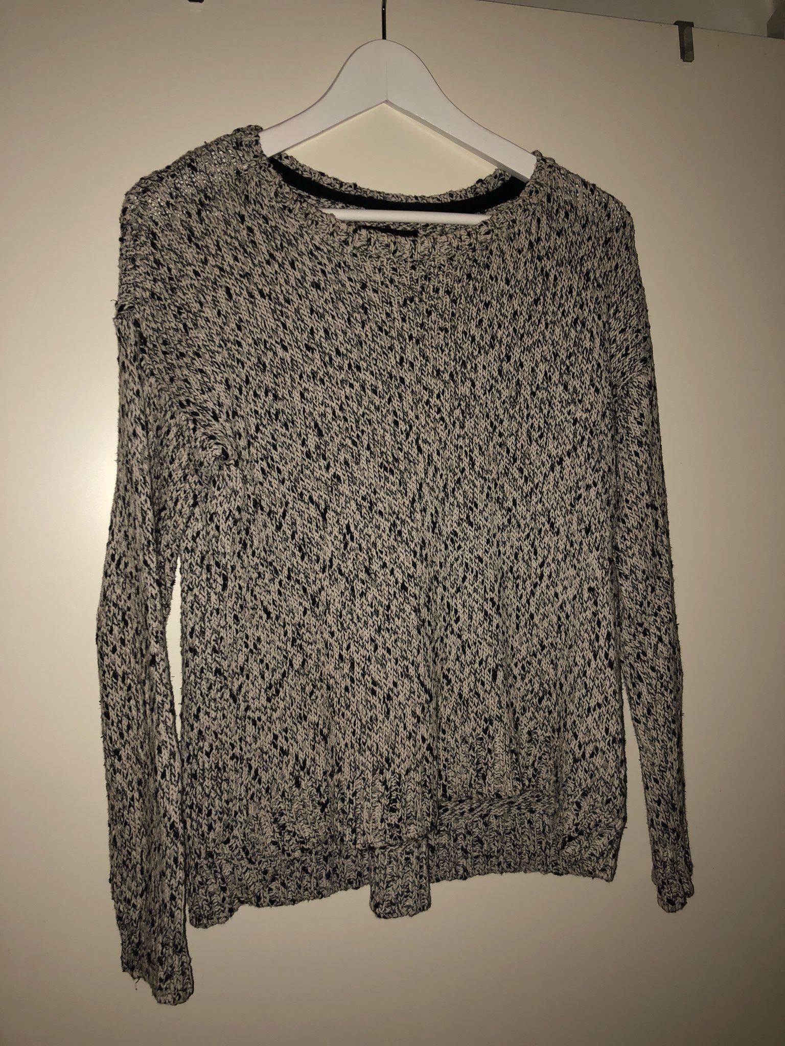 svart och vit stickad tröja