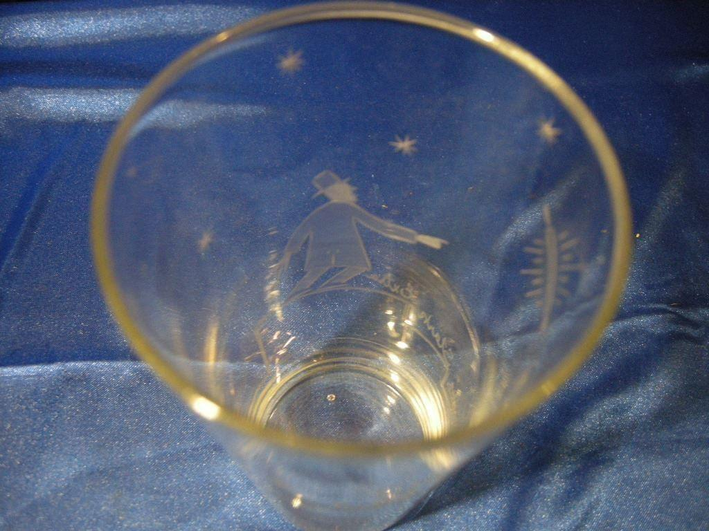 Gammalt fint grogg glas med snygg och kul gravyr på tradera.com
