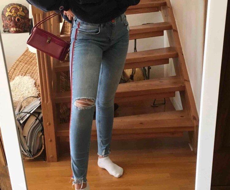ljusblåa jeans med hål