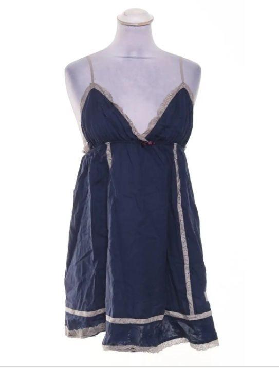 marinblå kort klänning