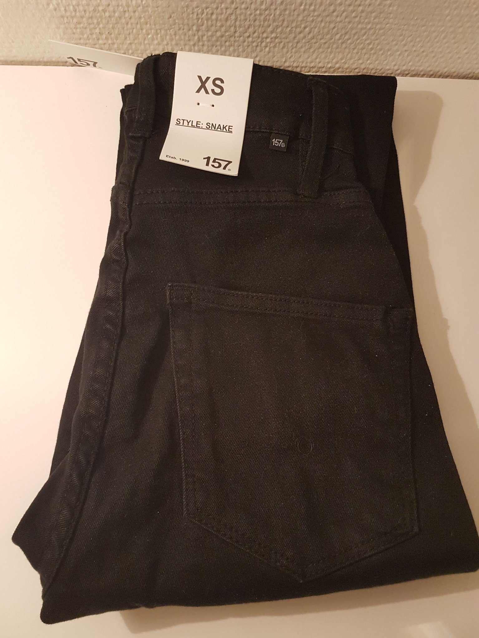 svarta tajta jeans