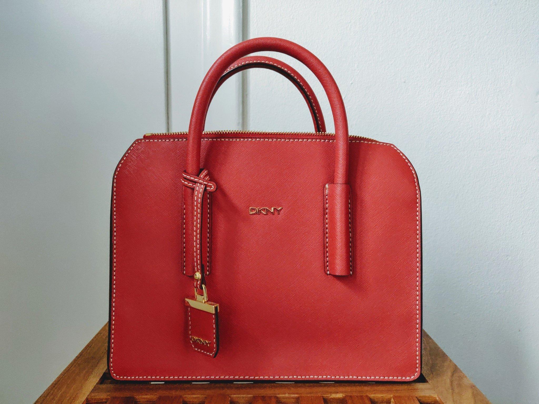 DKNY Bryant Park väska i saffiano läder, mycket fint skick, mörk varmröd.