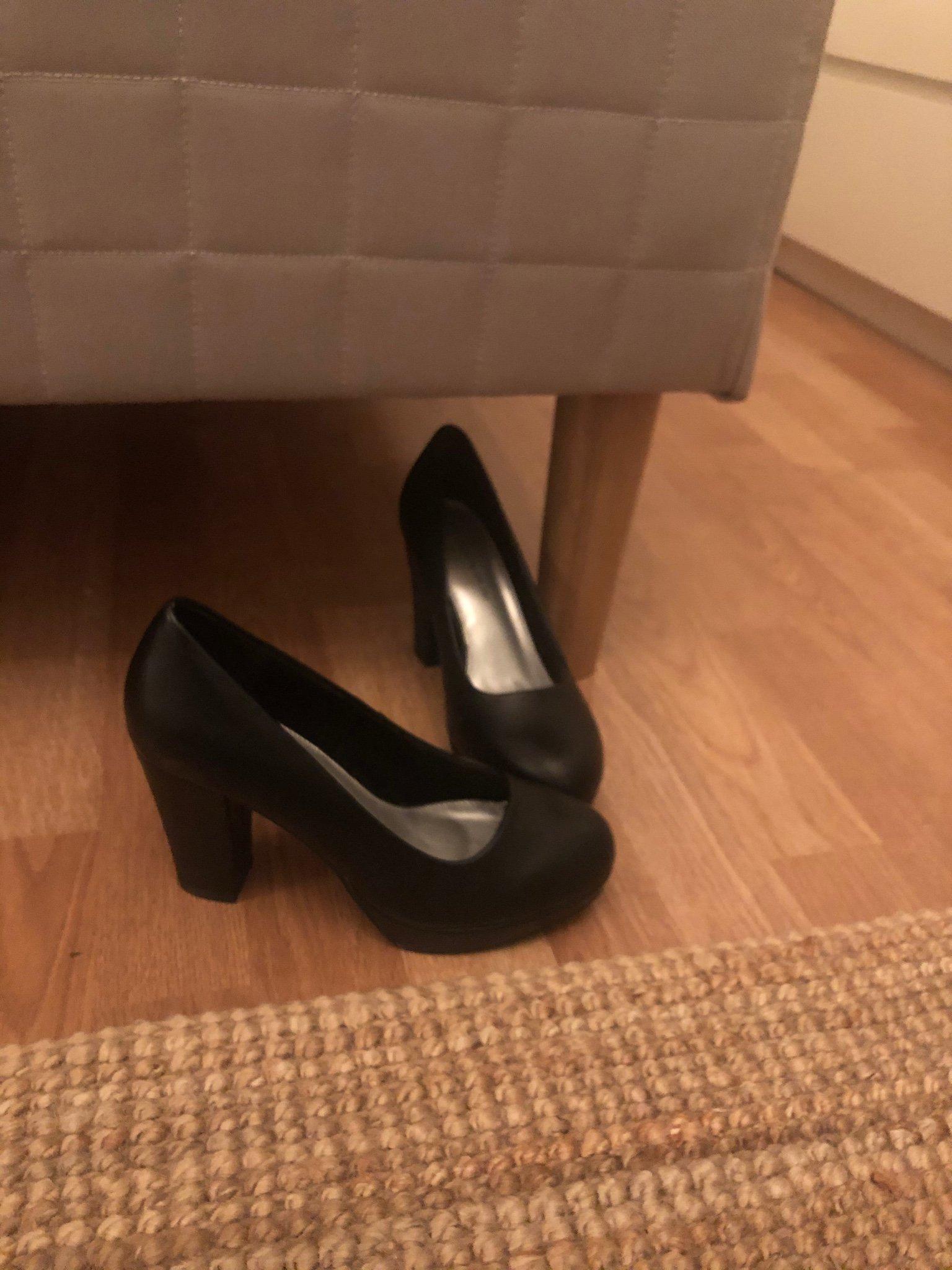 Högklackade svarta skor storlek 37