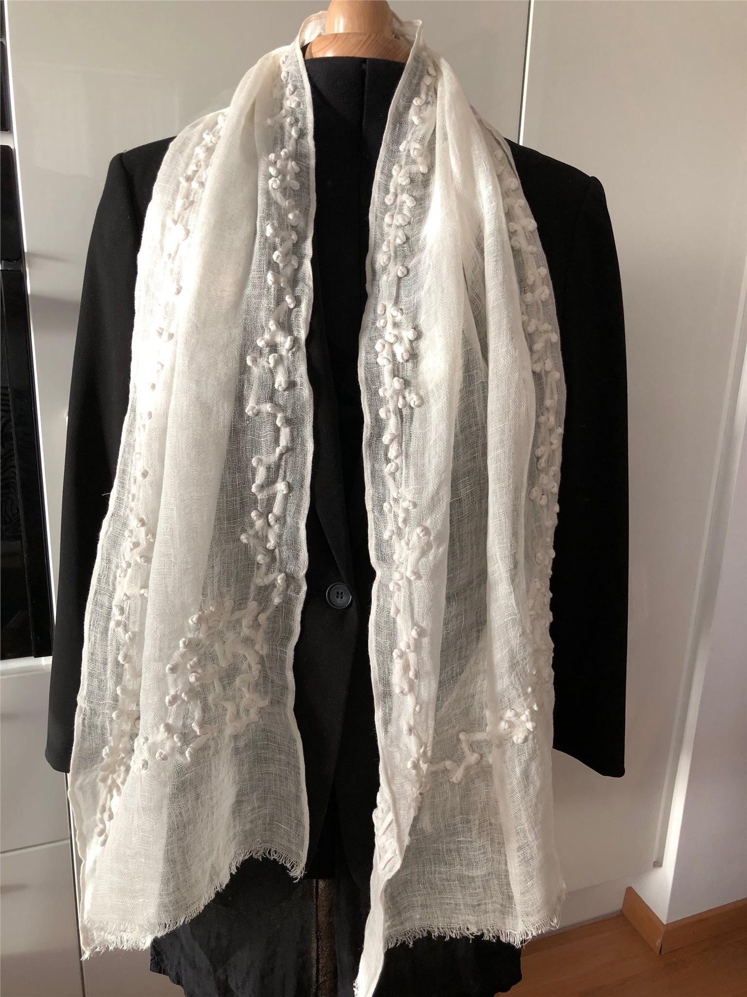 Vit lång sjal med vackert mönster d1fffe81eca38