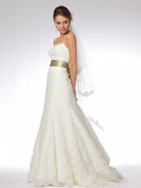 2a029cf23c01 Vacker Pronovia Brudklänning i spets str 34-38 Off white med längre Släp.  ...