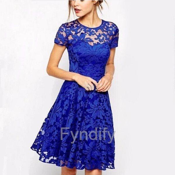 blå klänning med spets