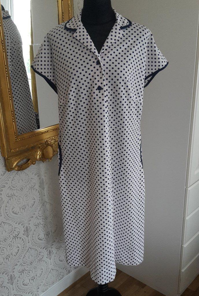5fa76a1306f9 Retro syntetklänning vit med blå p.. (345225438) ᐈ vintagecorner på ...